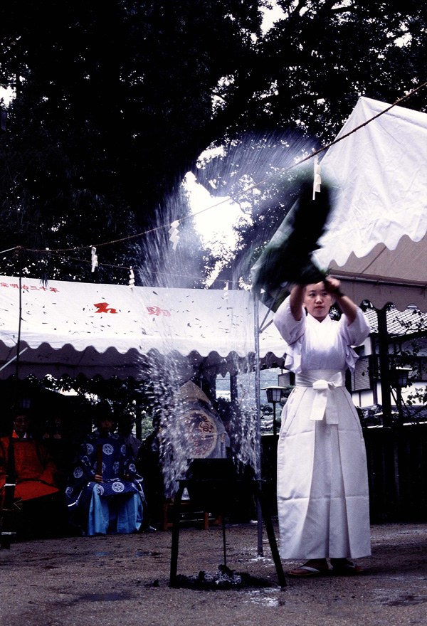 関西サイクルスポーツセンター賞 「幸多かれと湯立神楽舞う」長野神社