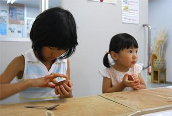 土笛を作っている子ども達