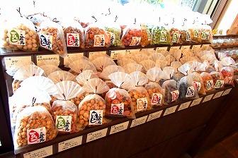 沢山の種類の豆菓子