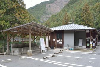 左が給水所、右は給水受付と休憩所