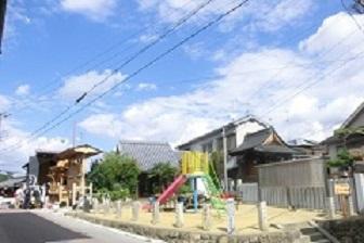 公園の奥にある小さな建物が増福寺